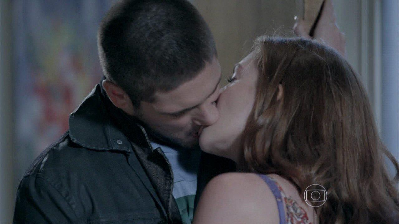 Império - Capítulo de quarta-feira, dia 01/10/2014, na íntegra - Isis e João Lucas se beijam