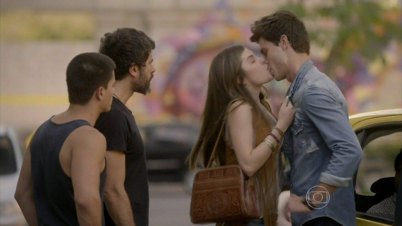 Malhação - capítulo de segunda-feira, dia 20/10/2014, na íntegra - Bianca beija Lírio para provocar Duca