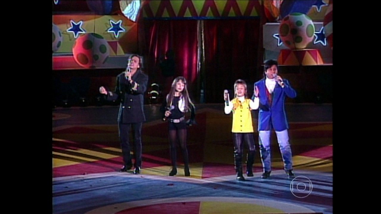 Veja Sandy & Junior cantando em especial de 1999