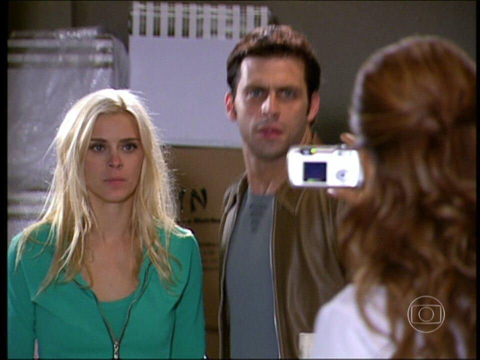 Cobras e Lagartos - capítulo de quinta-feira, dia 20/11/2014, na íntegra - Ellen flagra Estevão e Leona se beijando