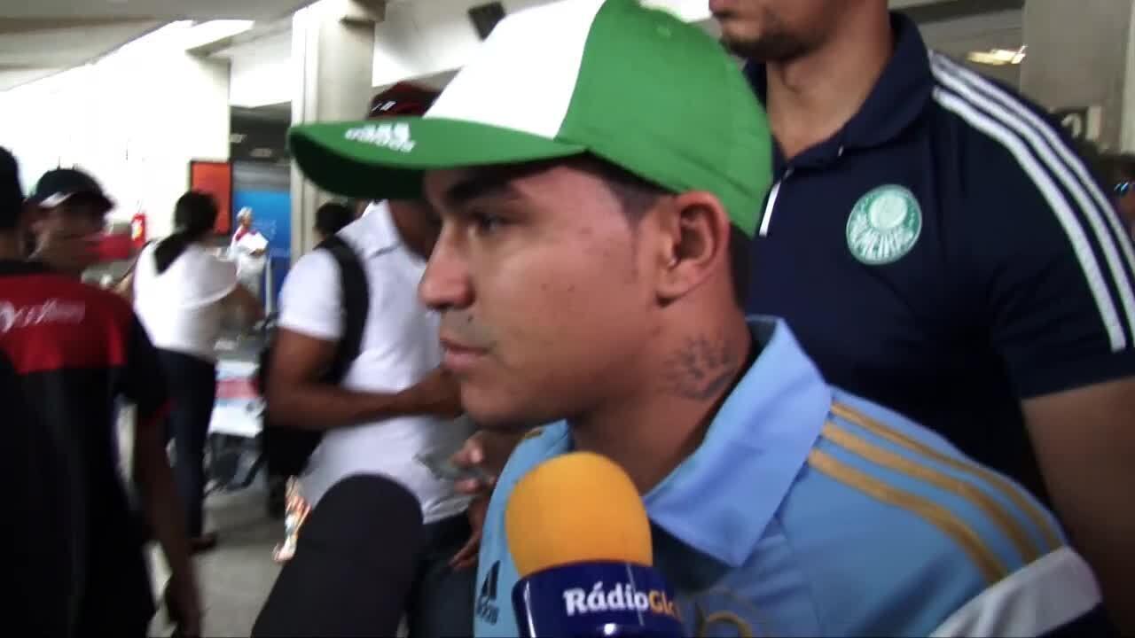 De camisa do Palmeiras, Dudu chega em São Paulo para assinar com o clube