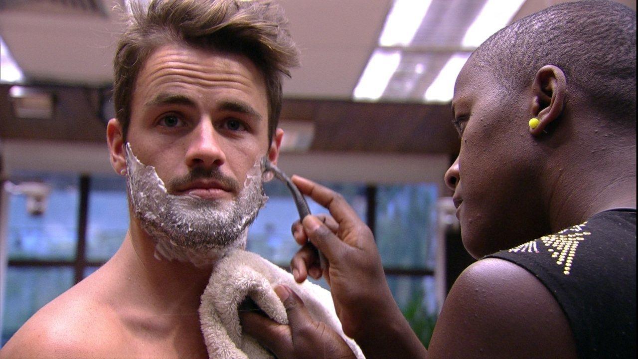Pagando promessa! Angélica e Talita fizeram barba e apararam o bigode de Rafael