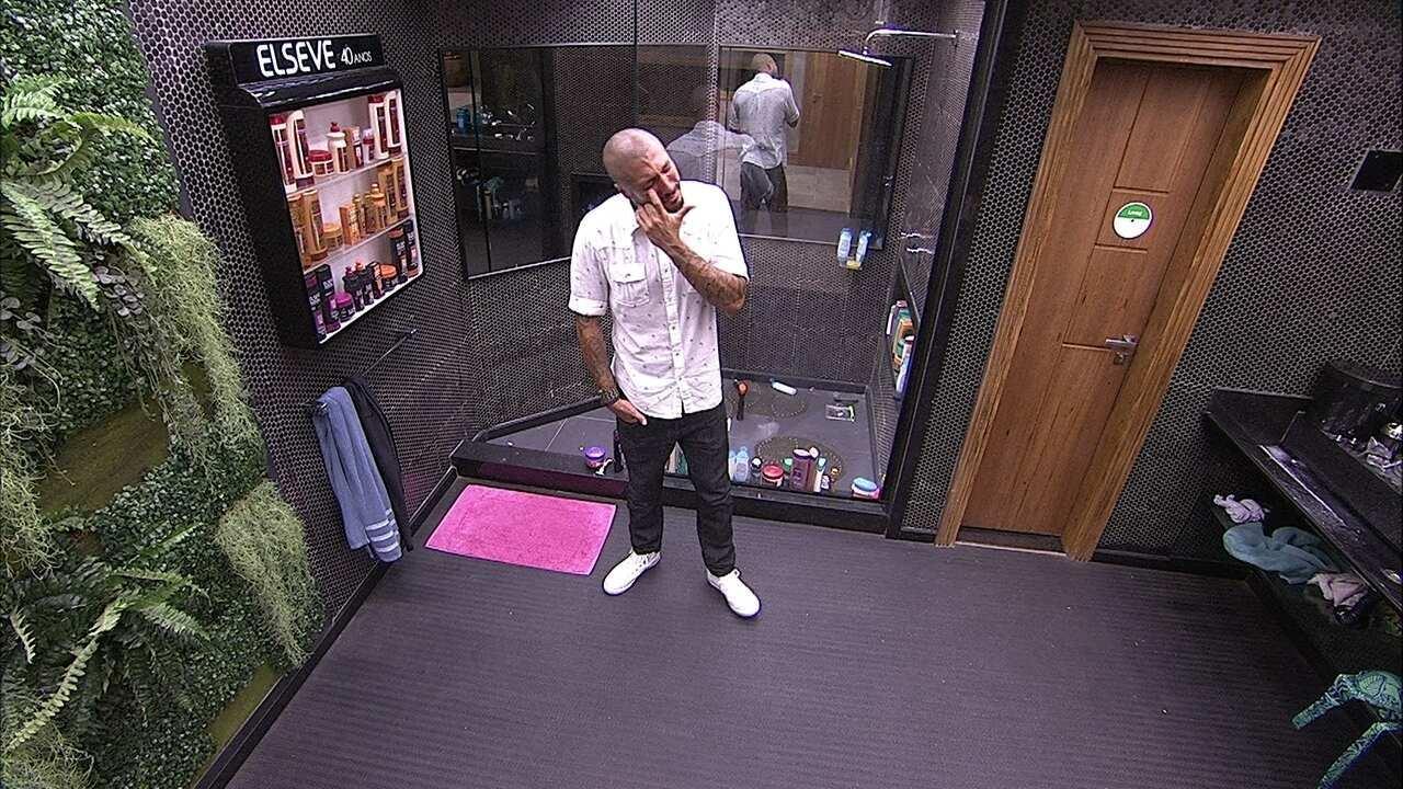 Música toca e Fernando vai ao banheiro chorar sozinho lembrando de Aline, no BBB15