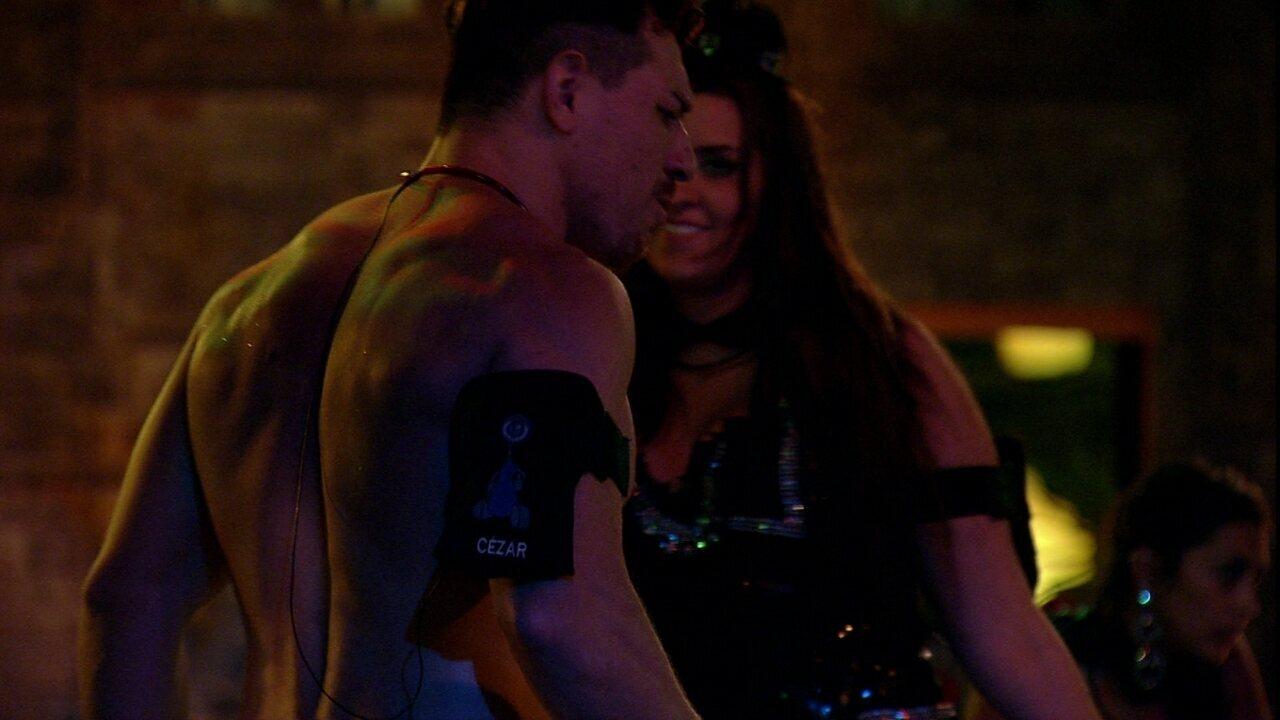 Tamires puxou Cézar para dançar e mandou: 'Estou achando que você não quer'