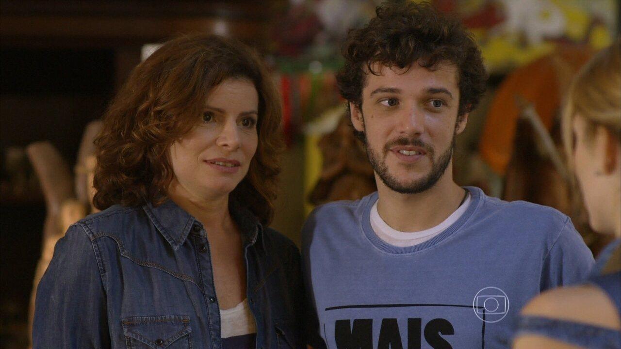 Sete Vidas - Capítulo de quinta-feira, dia 19/03/2015, na íntegra - Lígia e Pedro avisam a Júlia que apareceu um novo filho de Miguel