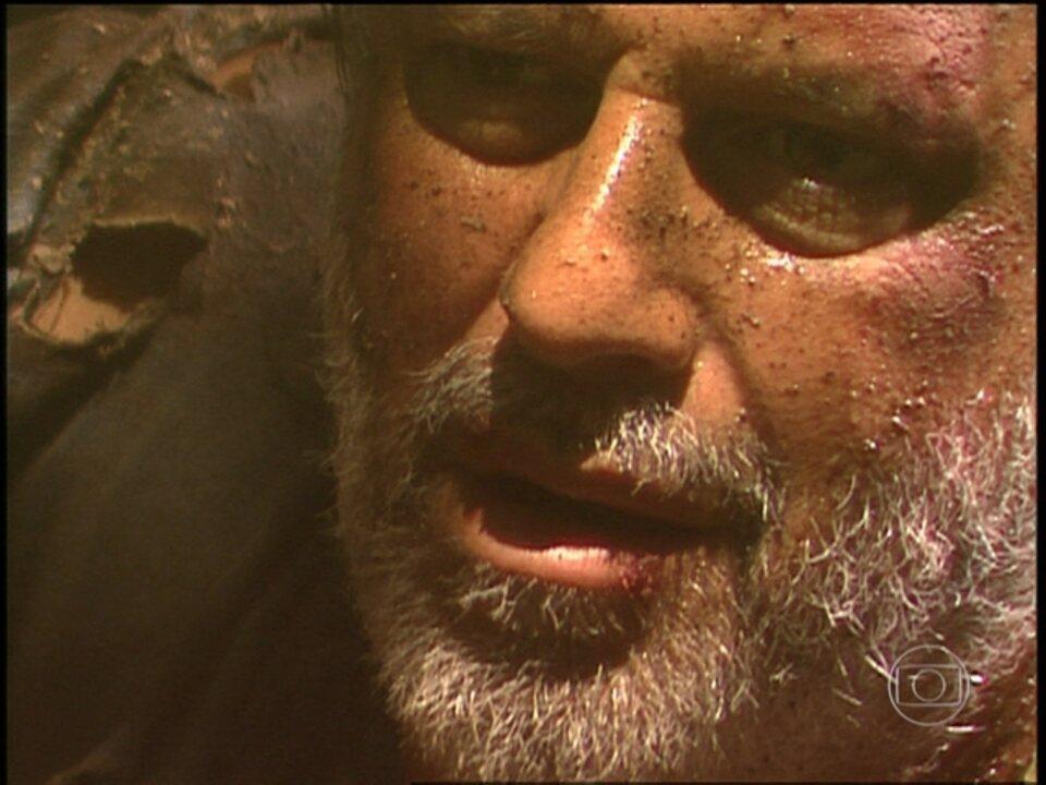 O Rei do Gado - capítulo de quinta-feira, dia 26/03/15, na íntegra - Bruno Mezenga caminha desnorteado pela floresta