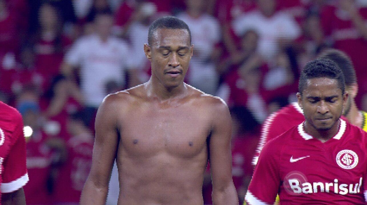Vaiado, Fabrício xinga torcida, é expulso e joga camisa do Inter no chão