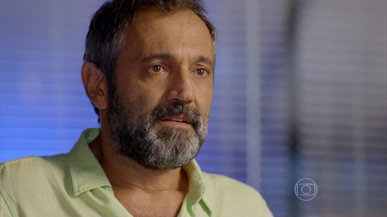 Sete Vidas - Capítulo de quinta-feira, dia 09/04/2015, na íntegra - Miguel conhece Bernardo e Pedro o apresenta como seu irmão