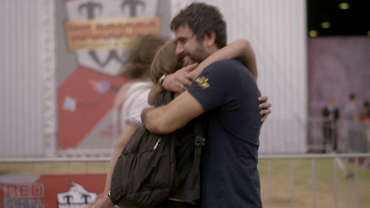 Malhação - capítulo de terça-feira, dia 28/04/15, na íntegra - Karina e Gael se abraçam na frente do ginásio