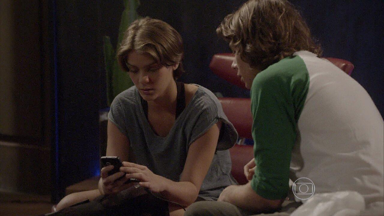 Malhação - capítulo de segunda-feira, dia 11/05/15, na íntegra - Pedro e Karina encontram o celular de Nat na casa de Lobão
