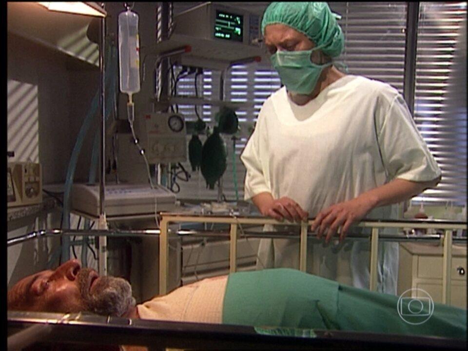 O Rei do Gado - capítulo de segunda-feira, dia 25/05/15, na íntegra - Luana visita Geremias no hospital