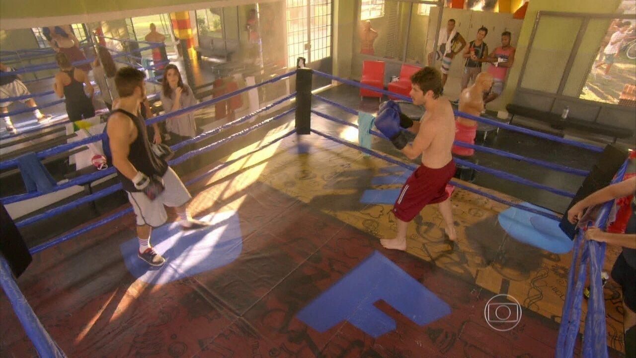 I Love Paraisópolis - capítulo de segunda-feira, dia 08/06/15, na íntegra - Grego e Benjamin disputam o amor de Mari