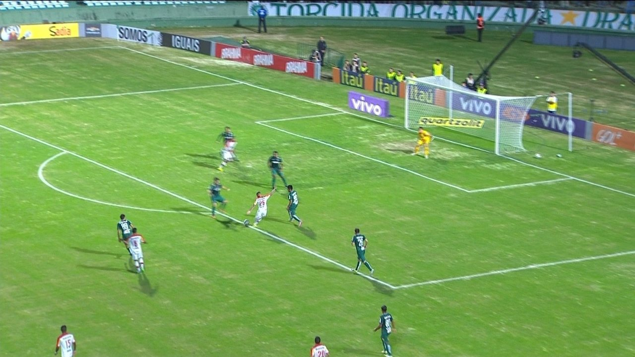 Paulinho dá um elástico e chuta para a boa defesa de Bruno, aos 34' do 2º Tempo