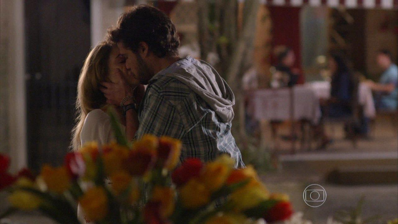 Sete Vidas - Capítulo de sexta-feira, dia 03/07/2015, na íntegra - Pedro não resiste e beija Júlia