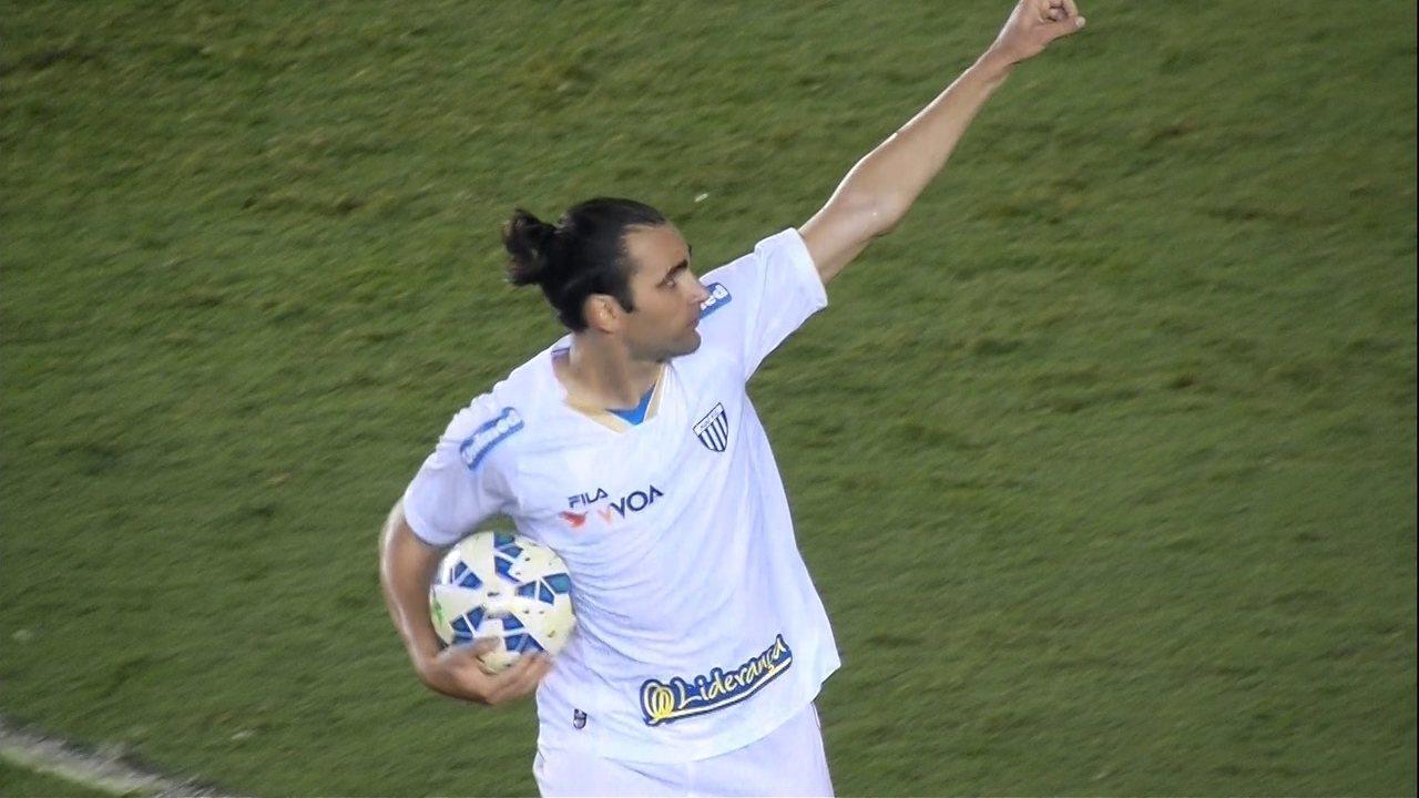 Gol do Avaí! Léo Gamalho se posiciona na área a marca aos 37' do 2ª Tempo