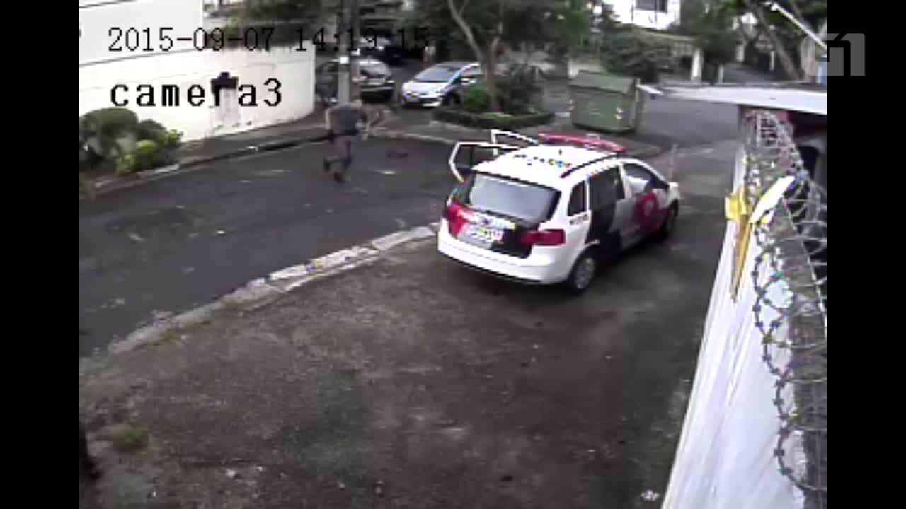 Vídeo mostra PM atirando em suspeito rendido em São Paulo