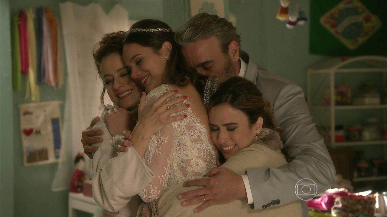 I Love Paraisópolis, capítulo de sexta-feira - dia 11/9/2015, na íntegra - Margot e Grego choram por causa do casamento de Benjamin e Mari. Os noivos se arrumam para a cerimônia