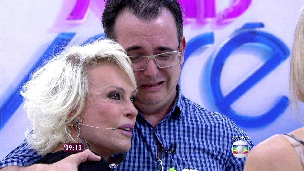 Ana Maria cai no choro ao receber flores de homem que foi salvo por dica do 'Mais Você'