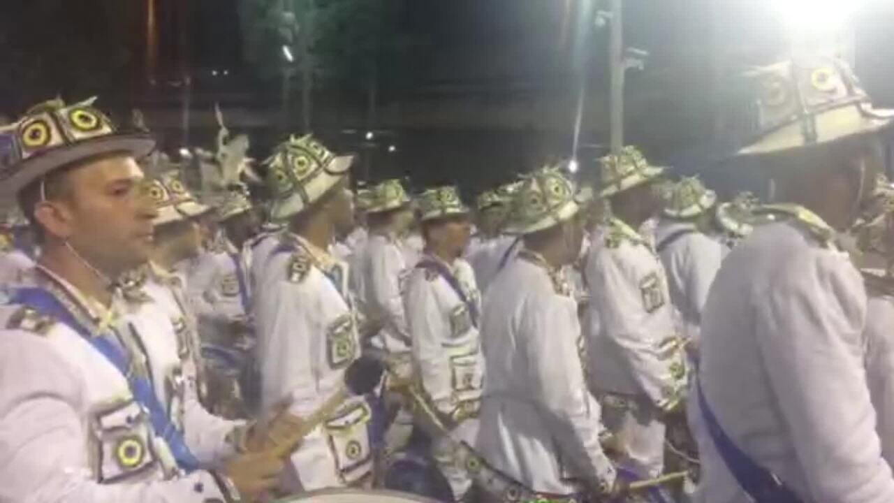 Bateria da Portela anima o público antes do desfile