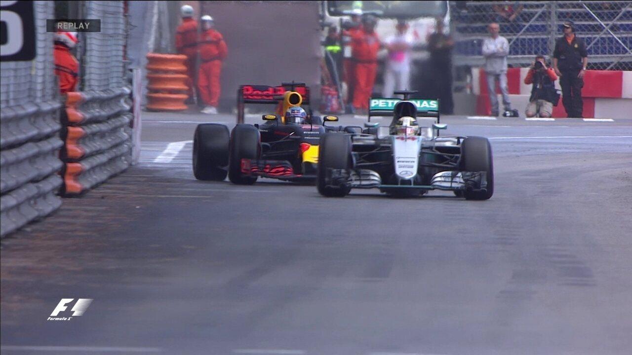Hamilton erra na saída do túnel, mas segura Ricciardo, que reclama muito do inglês