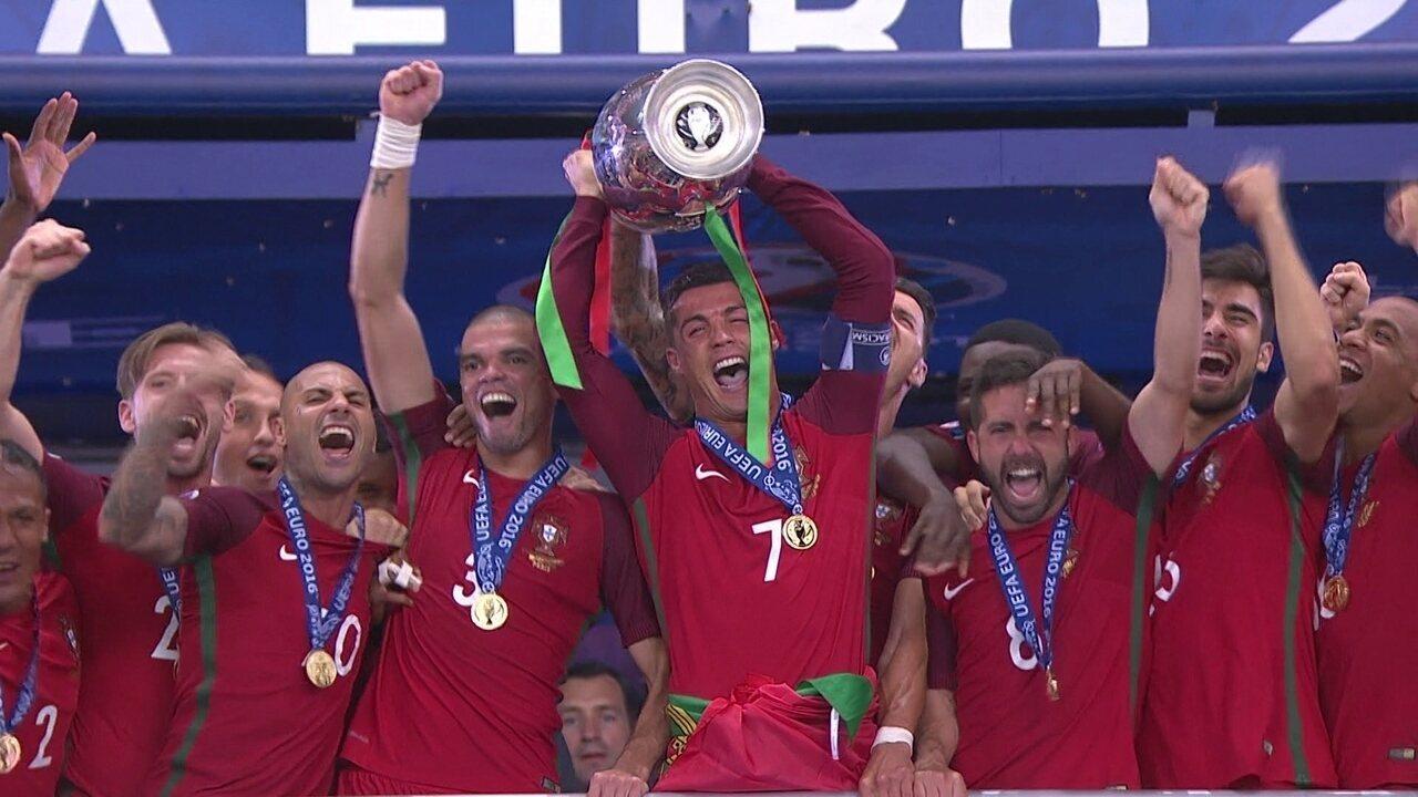 Cristiano Ronaldo ergue a taça de campeão da Eurocopa