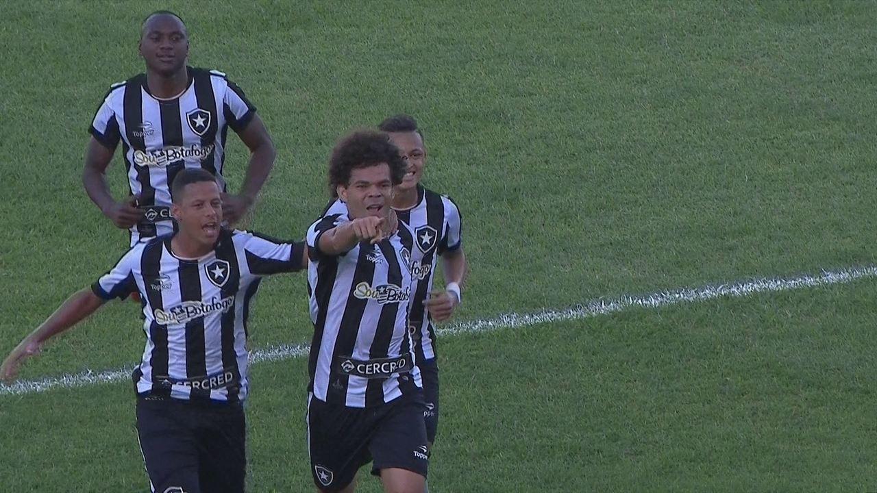 Gol do Botafogo! Luis Ricardo cruza e Camilo faz de bicicleta aos 20' do 1º Tempo