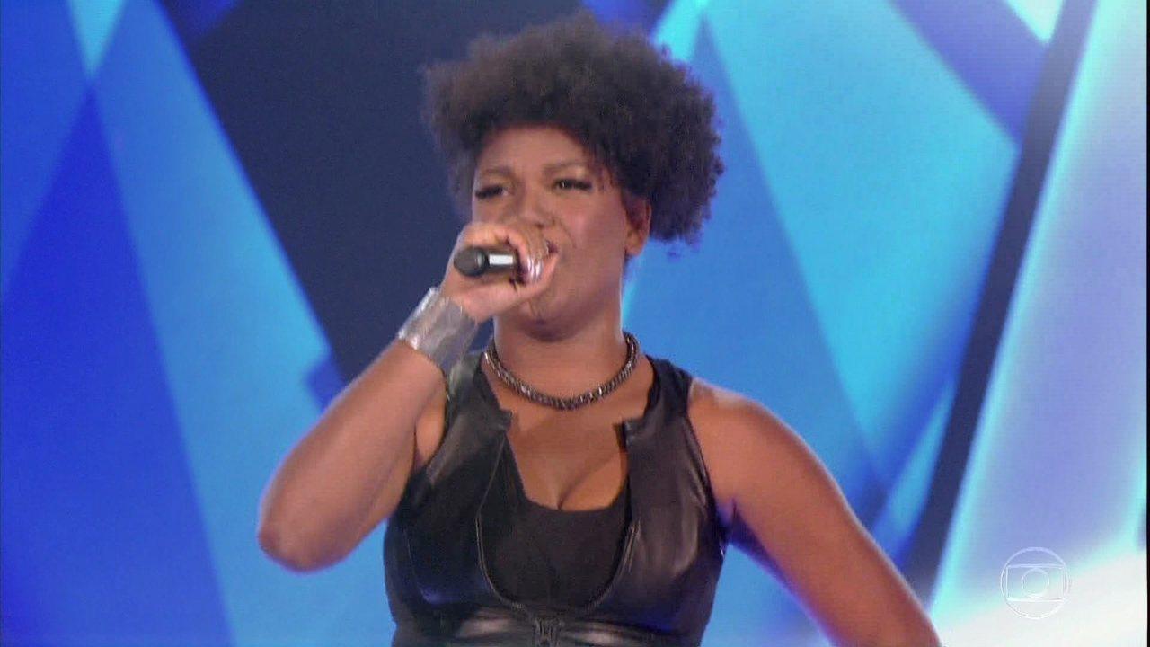 Mylena Jardim canta 'Olhos Coloridos' no palco to 'The Voice Brasil'