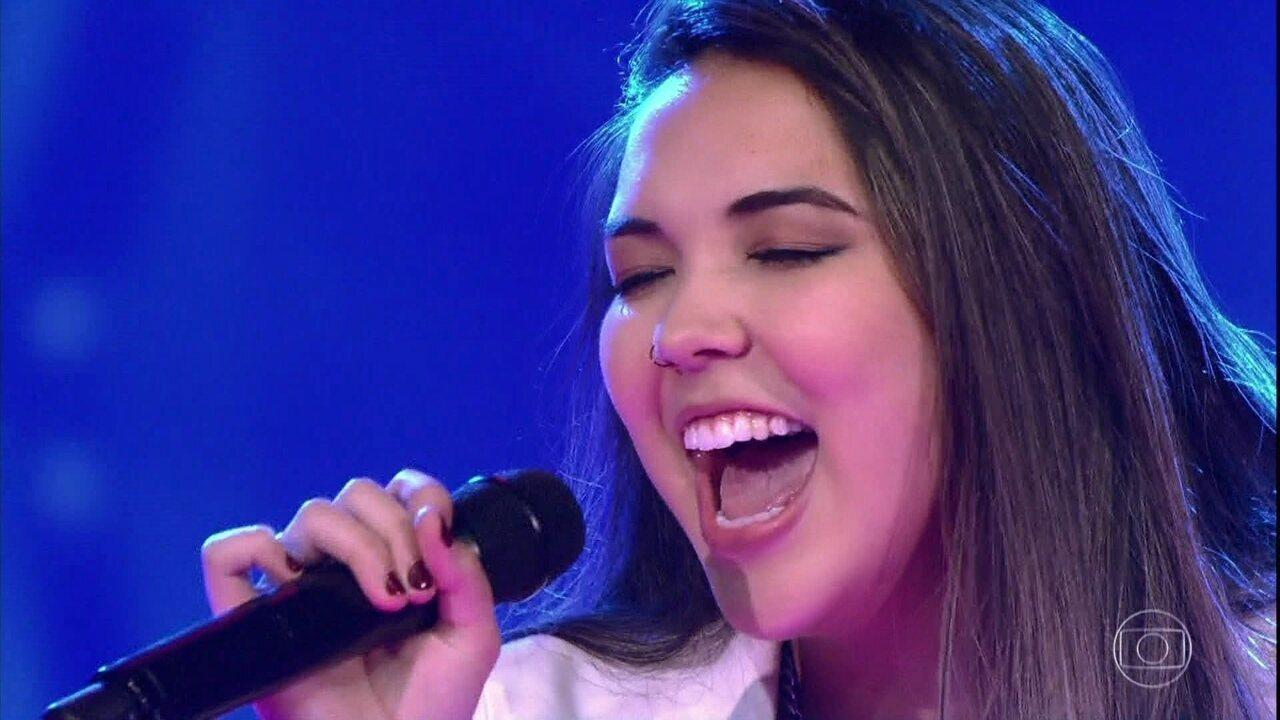 Anna Akisue canta 'Apenas Mais Uma de Amor'