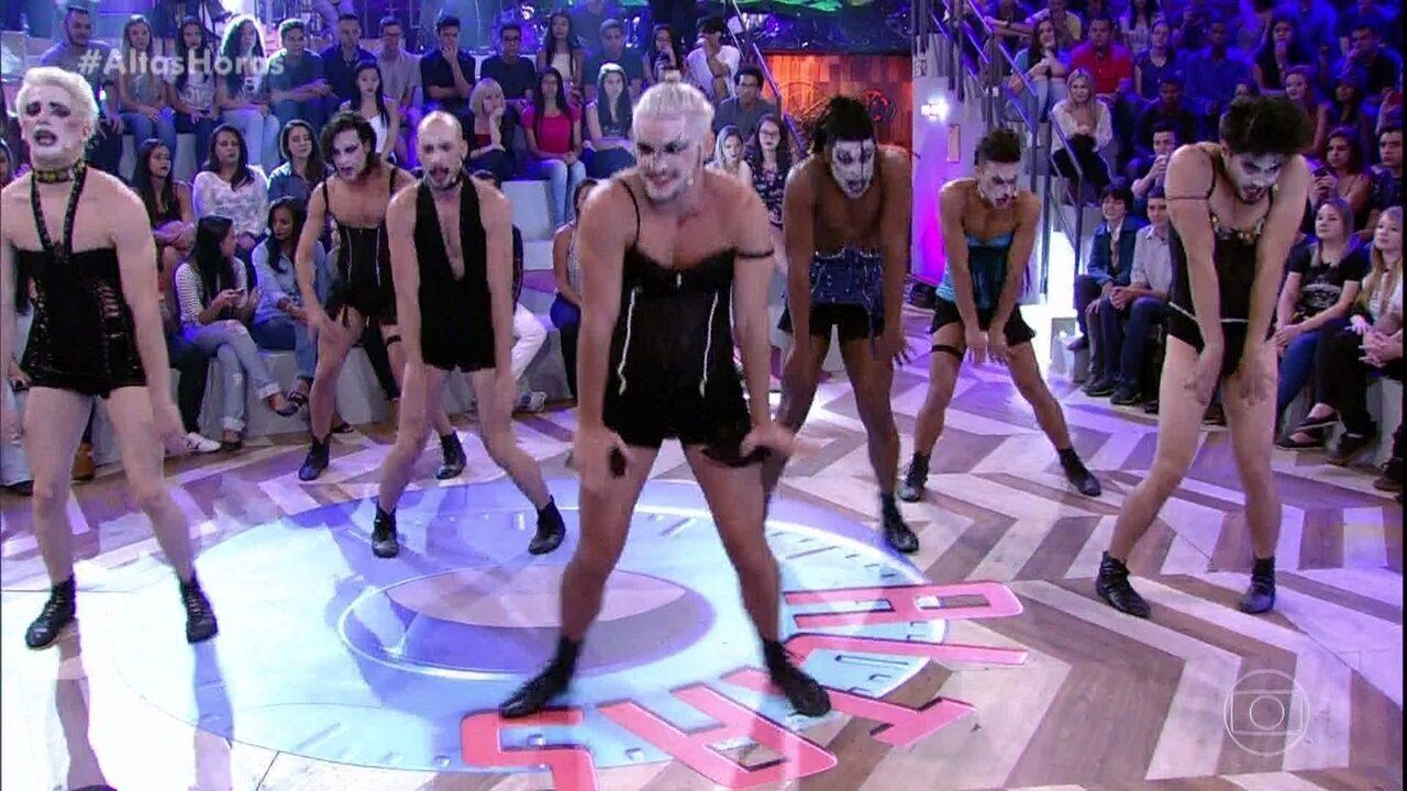 Bruno Gissoni dança de lingerie com grupo teatral