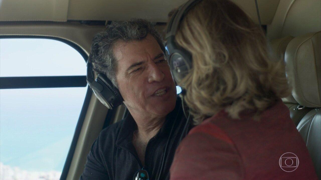 Gilda leva Haroldo para passear de helicóptero