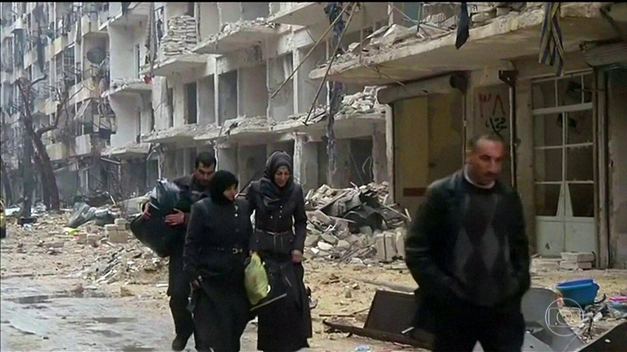 Veja como foi o início da retirada de civis e rebeldes de Aleppo, na Síria