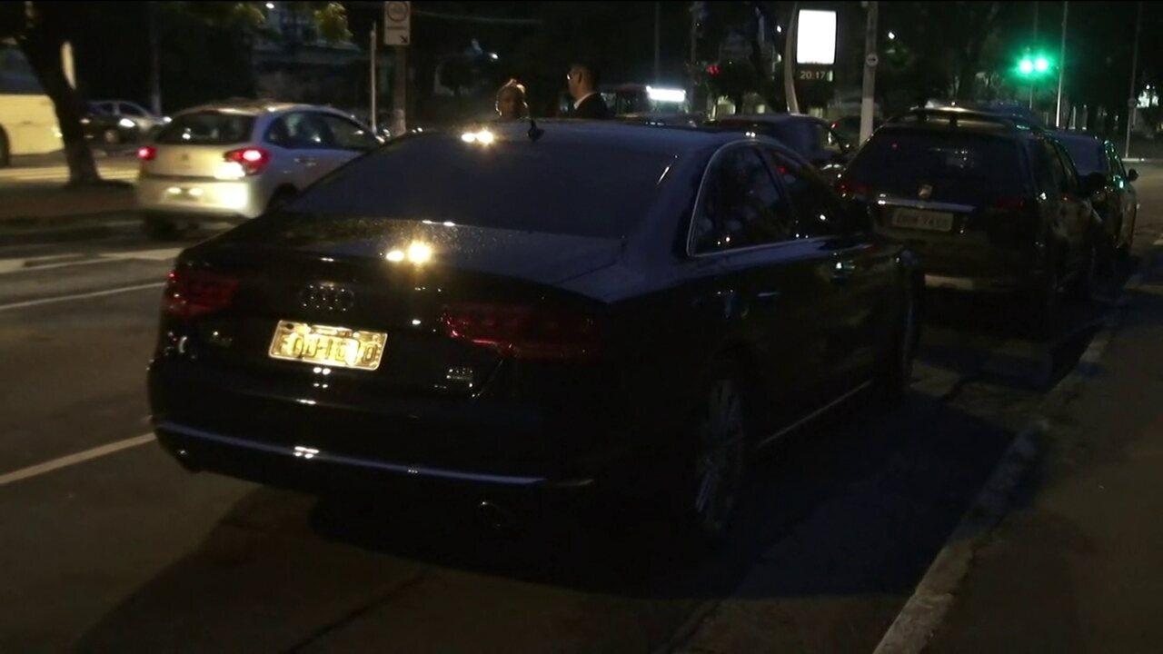 Carro usado pelo prefeito João Doria, estaciona em local proibido no Morumbi