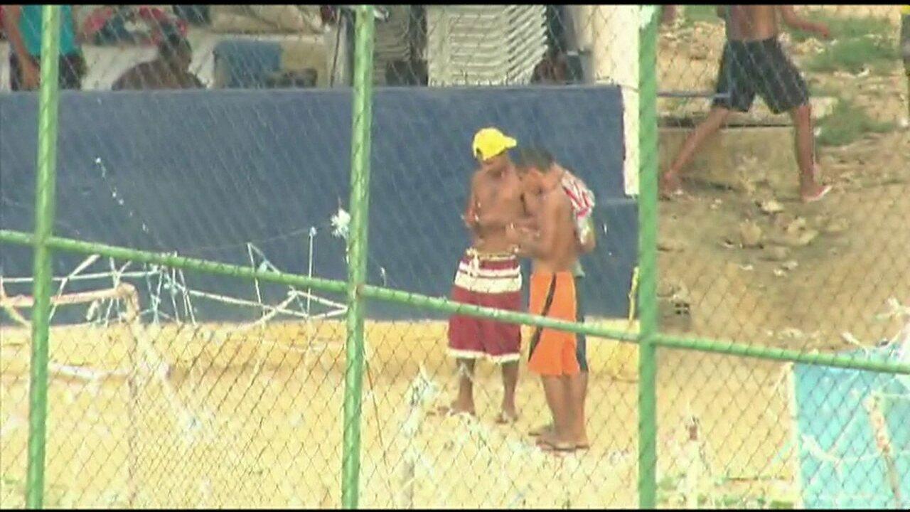 Após revista da PM, presos continuam usando celulares e armas em presídio do Recife