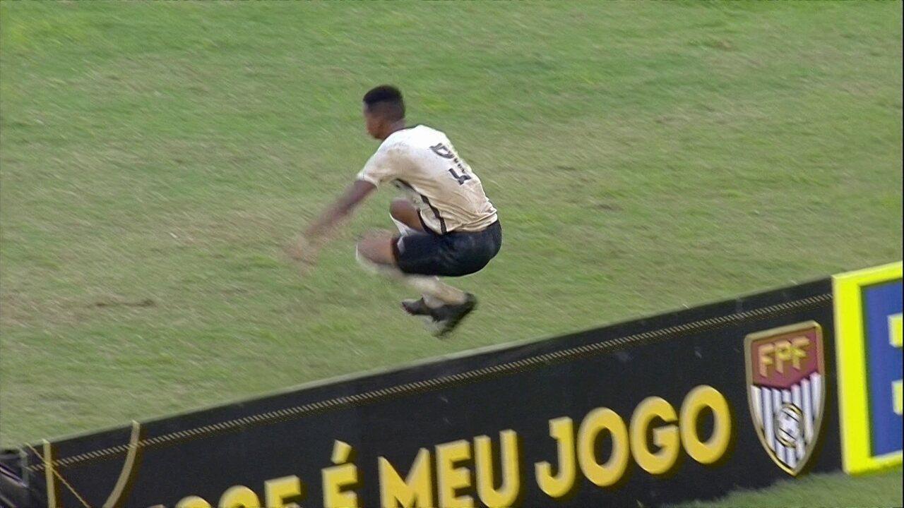 Gol do Corinthians!, Carlinhos acerta meia-voadora e empata, aos 47 do 1º T