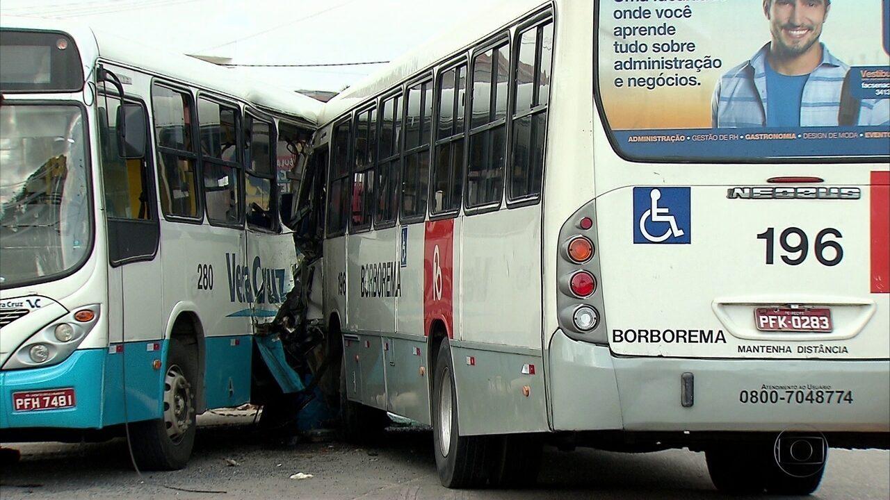 Acidente entre dois ônibus deixa feridos no bairro do Jordão