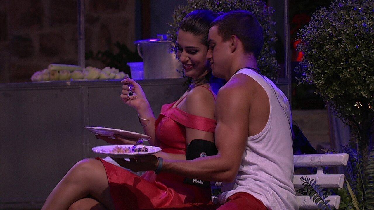 Vivian dança para Manoel, que diz: 'Pelo amor de Deus!'