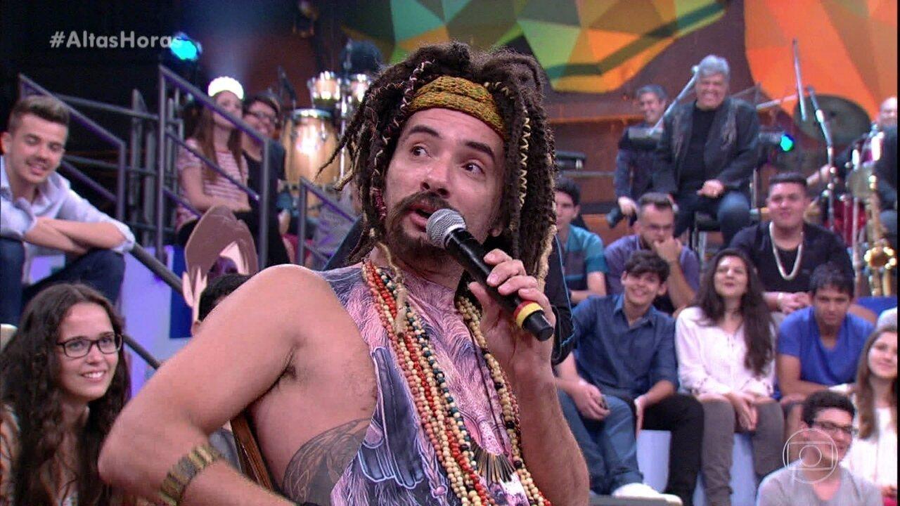 Mustafary faz resumo do programa e arranca gargalhadas da plateia