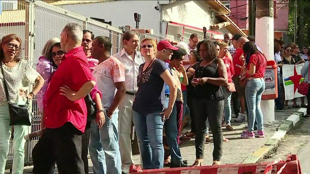 Multidão aguarda para dar adeus à dona Marisa Letícia; velório começou só para a família