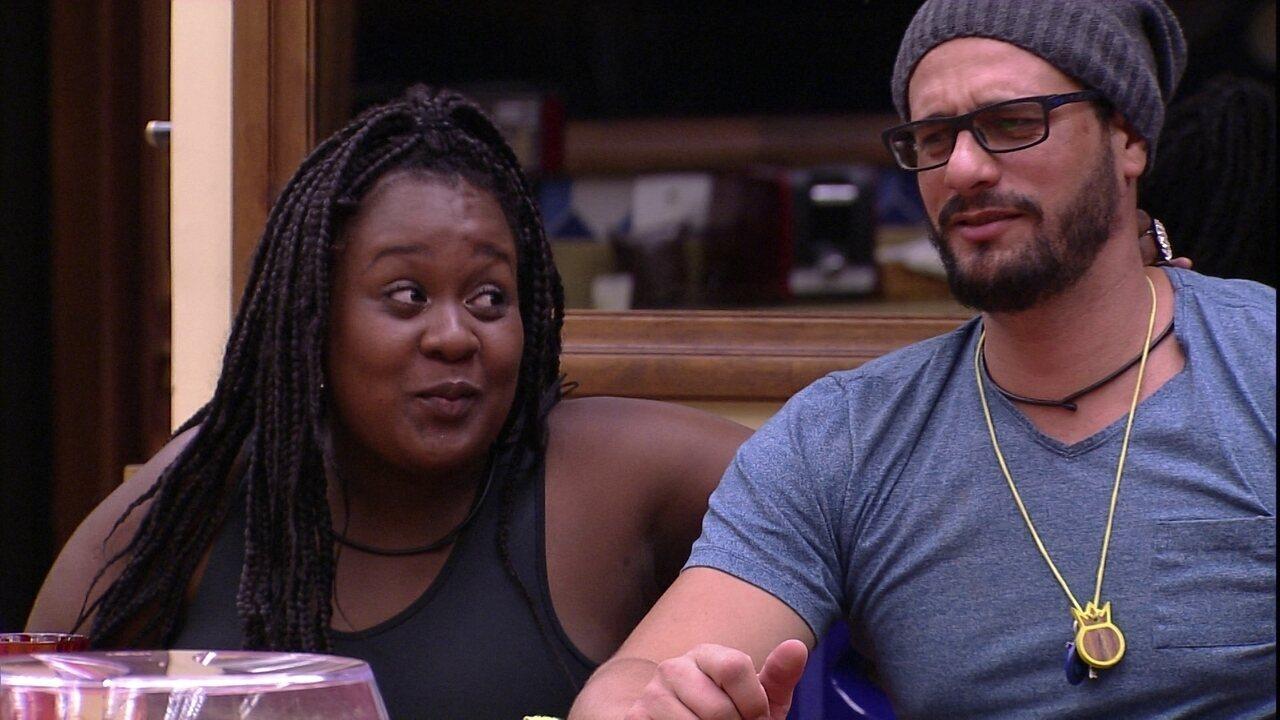Roberta faz carinho em Daniel: 'Ninguém resiste a esse cafuné'