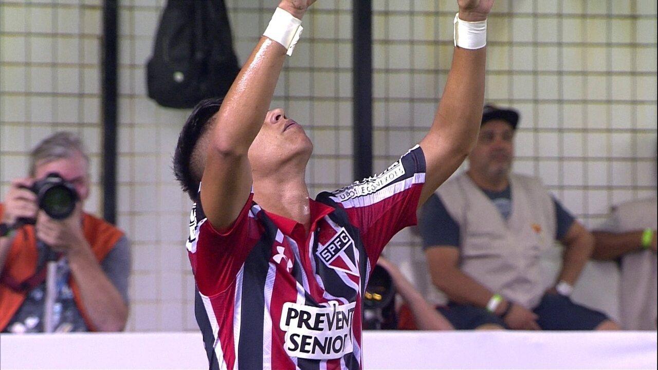 Em rápido contra-ataque, Luiz Araújo vira para o São Paulo
