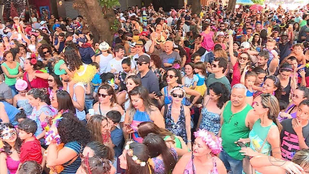 Cerca de 30 blocos desfilam pelas ruas de Belo Horizonte neste domingo
