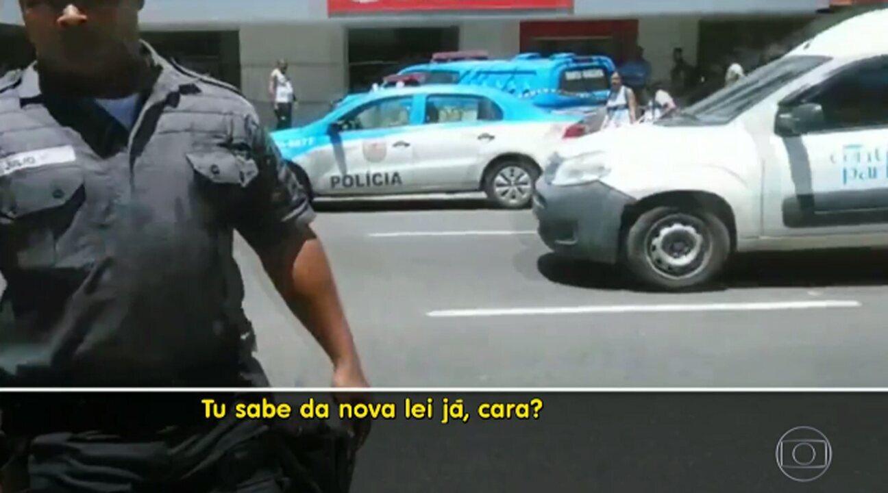 Homem que filmava ação policial é repreendido por PM