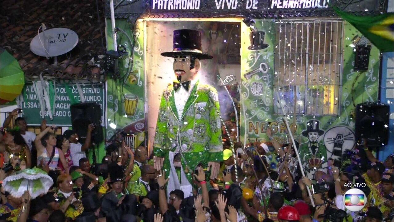 Saída do majestoso Homem da Meia-noite encanta foliões em Olinda
