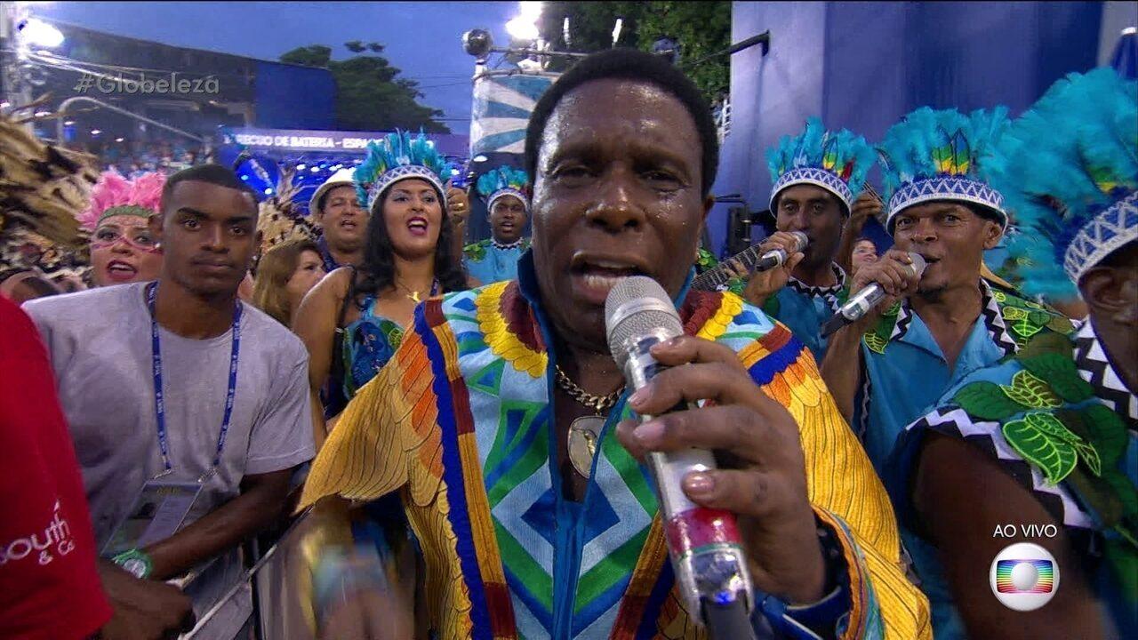 Neguinho da Beija-Flor puxa o samba da escola de Nilópolis