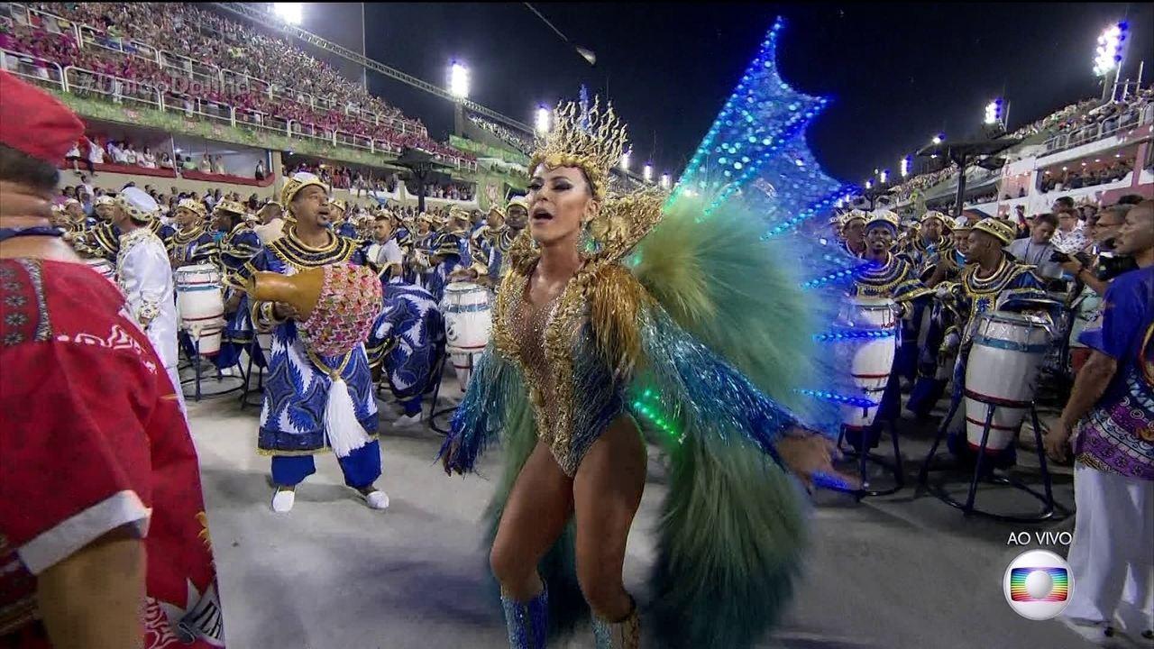 Tânia Oliveira é rainha de bateria da União da Ilha