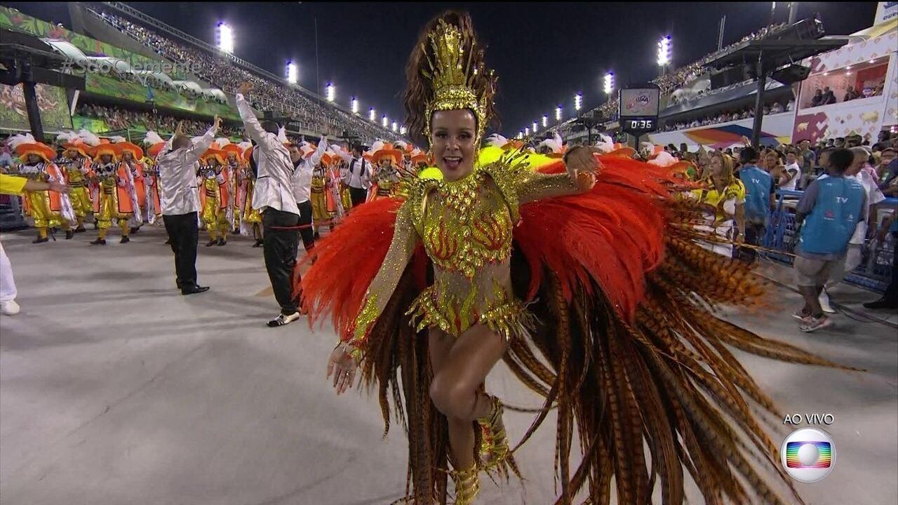 Raphaela Gomes é a rainha de bateria da São Clemente