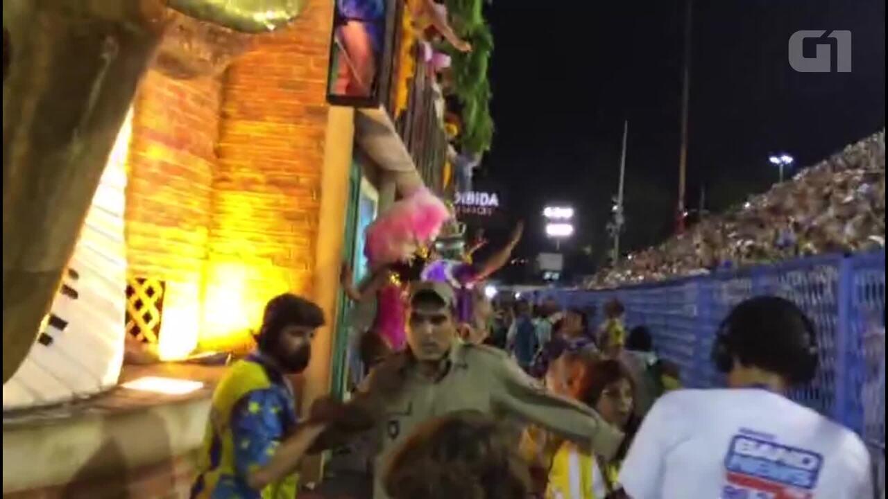 Queda do teto do carro alegórico da Unidos da Tijuca causa confusão em desfile