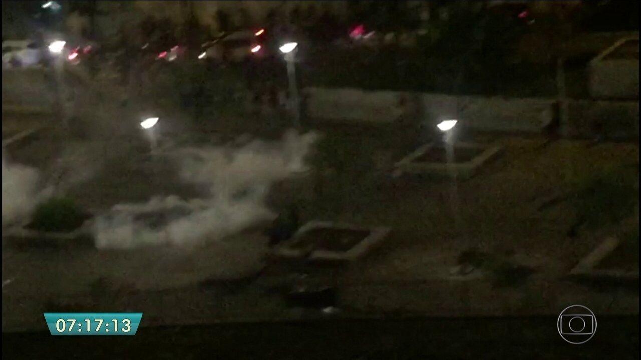 Polícia Militar tenta conter confusão e dispersar foliões na Praça Roosevelt