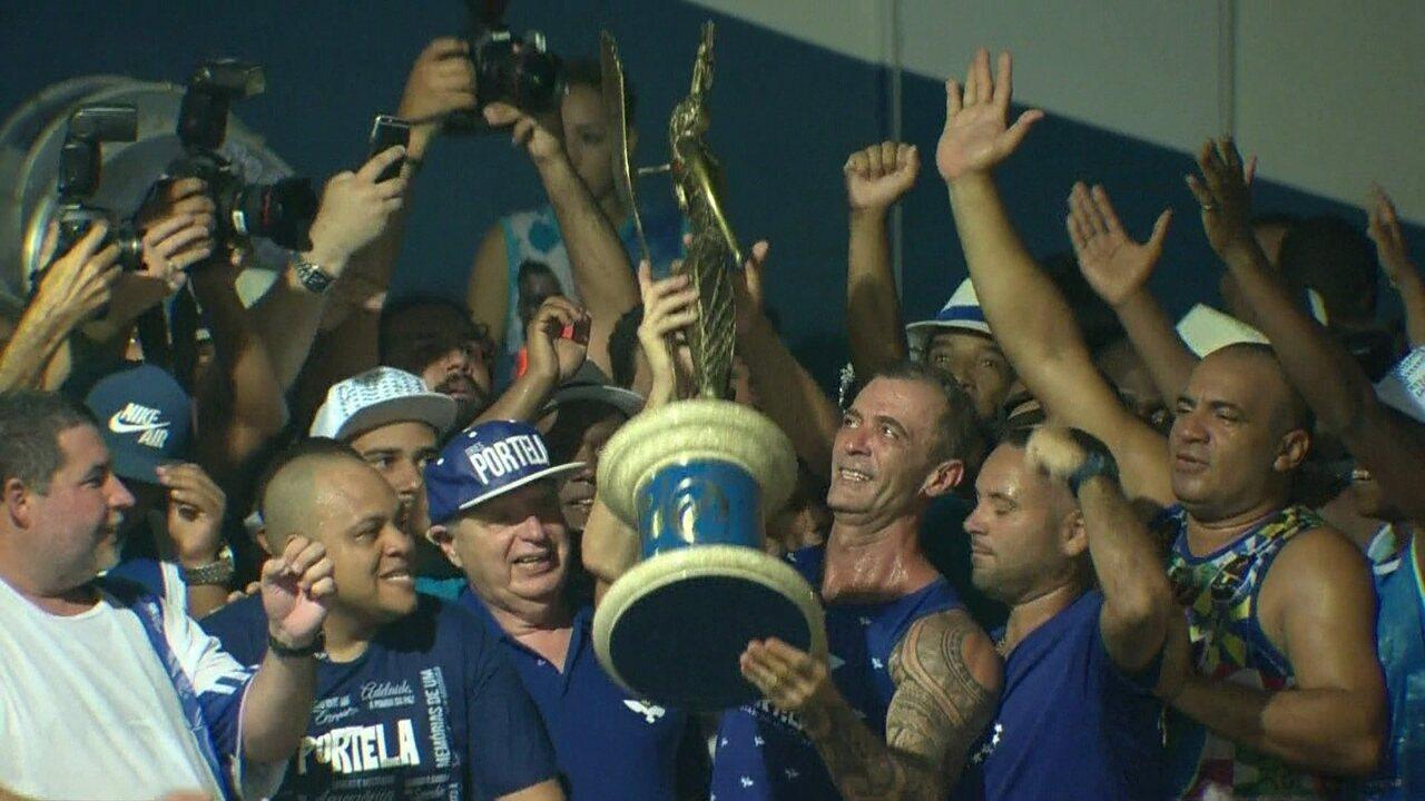 Paulo Barros ergue o troféu do título da Portela