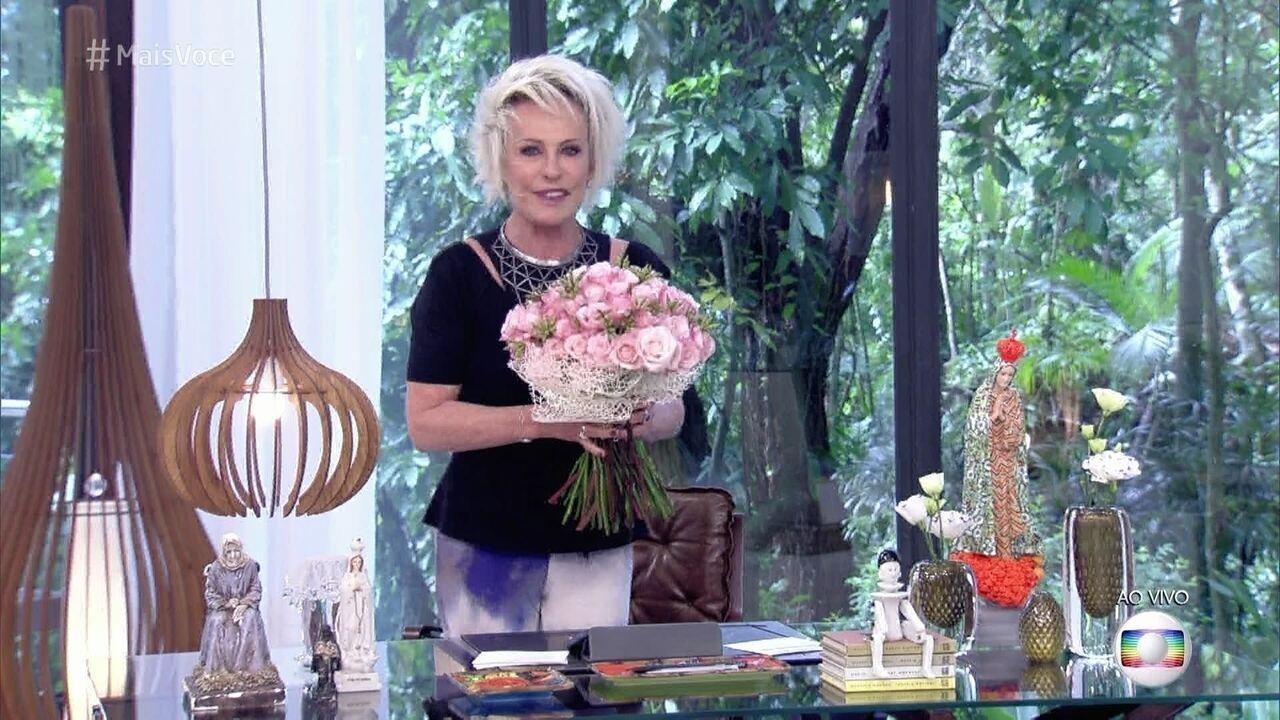 Ana Maria Braga recebe flores no Dia Internacional da Mulher